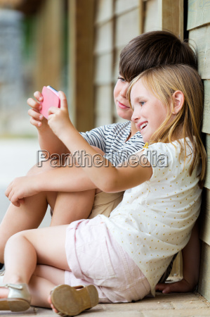 glueckliche junge brueder selfies mit ihrem