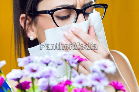 allergisch auf pollen junges maedchen mit