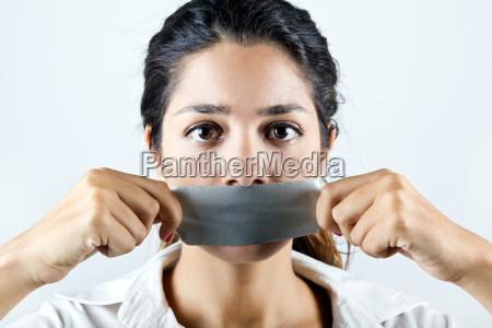 frau mit dem mund mit klebeband