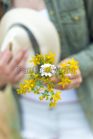 maedchen mit einem blumenstrauss gelben blumen