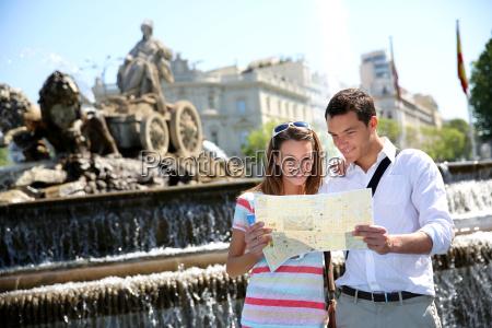 paar touristen karte in der plaza