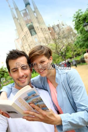 paar lesung reisefuehrer von der kirche