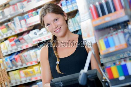 lavoratrice in una tabaccheria