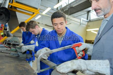 apprentice lernen durch ein metallrohr zu