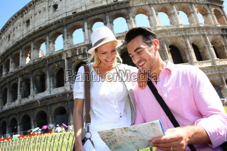 touristen karte vor dem kolosseum zu