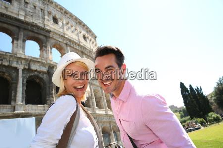 freundliche paare von touristen in rom