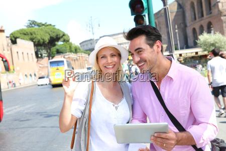 paar in rom fuer ein taxi