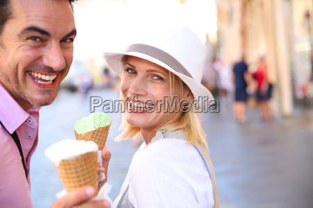 freundliche paare in rom eistueten essen