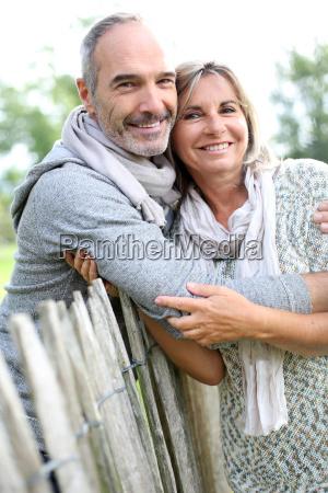 froehliches seniorenpaar in der ruhigen natur