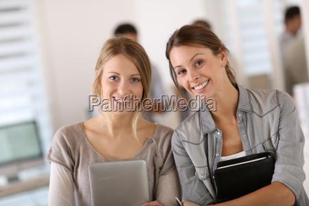 studentinnen machen praktikum in der firma