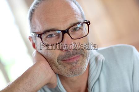50 jaehriger attraktiver mann mit brille