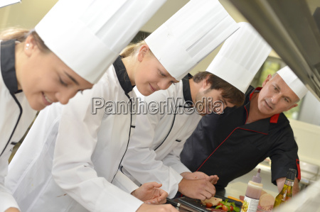 team von jungen koechen die delikatessengerichte