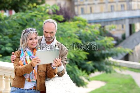 aeltere touristen informationen ueber tablet suche