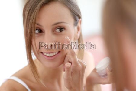 attraktives maedchen das anti aging creme