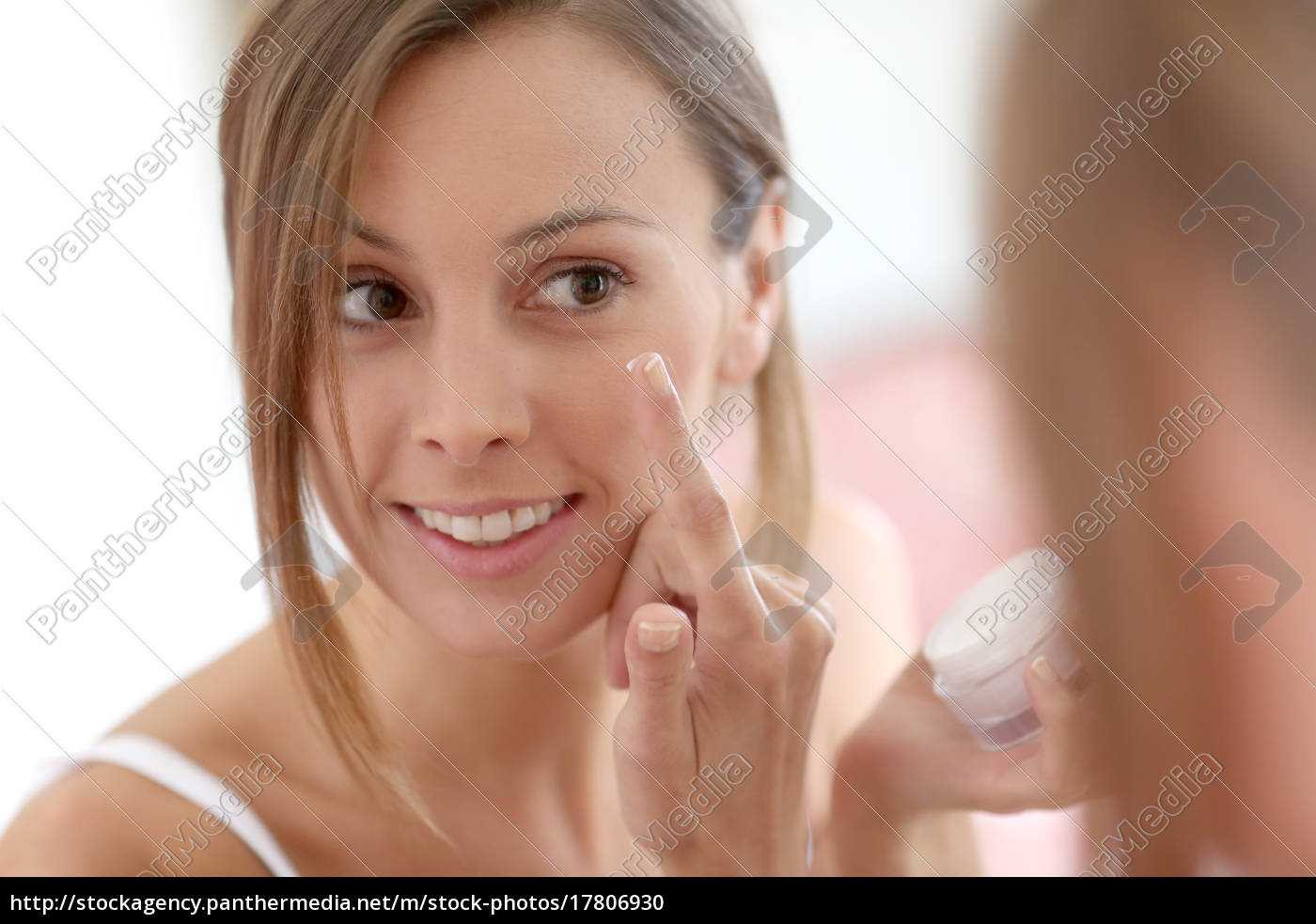 attraktives, mädchen, das, anti-aging-creme, auf, ihrem, gesicht - 17806930