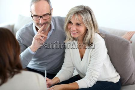 senior paar sitzung finanzberater fuer investitionen