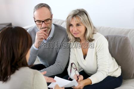 senior paar treffen finanzberater fuer investitionen
