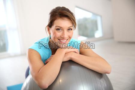 frau macht pilates und balance uebungen