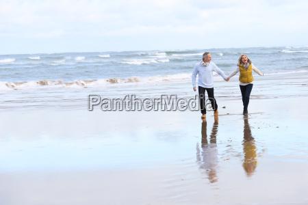 aeltere paare am strand in der