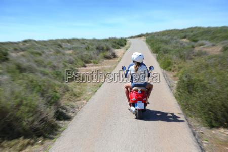 rueckansicht des paar reiten moto in