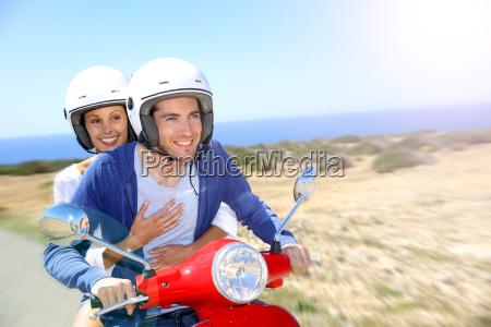freundliche paare reiten rot moto auf