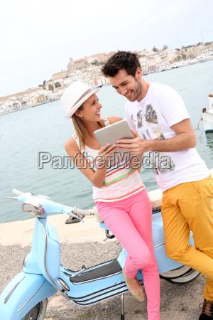 paar touristen mit tablette stadt ibiza