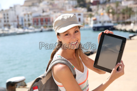 froehlich touristisches maedchen mit digitalen tablet