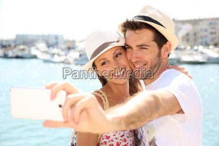 glueckliches paar von touristen fotografieren mit