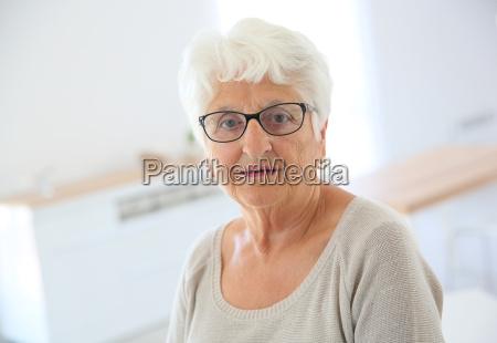 portrait der aelteren frau mit brille