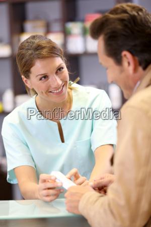 apotheker die beratung des kunden auf