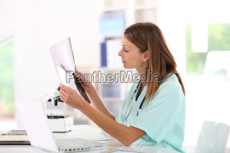 krankenschwester lesung roentgen ergebnisse im krankenhaus