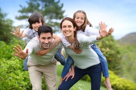 glueckliche familie die spass im hausgarten