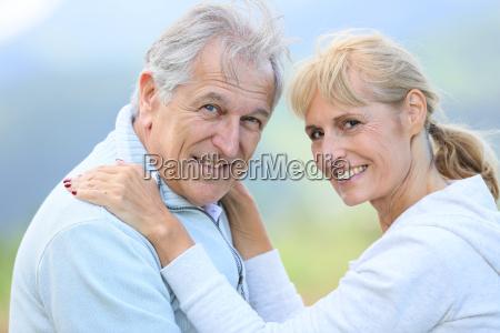 senioren umarmen sich mit liebe