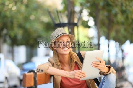 smiling trendy maedchen mit tablette in