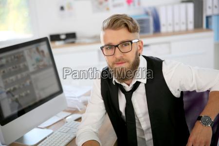 junger mann mit bart und brille