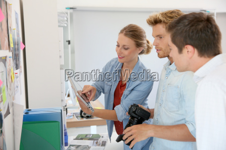 kreatives teammeeting im atelier des fotografen