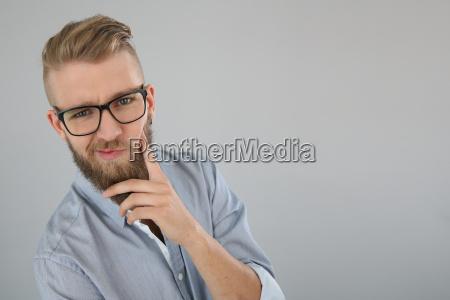 junger mann mit bart mit zweifelhaftem