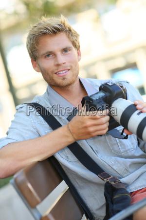 junger fotograf mit der kamera die