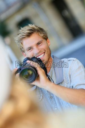 junges fotografschiessenmodell draussen