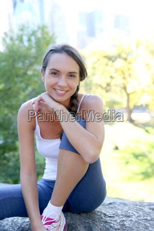 brunette athletische maedchen entspannung in central