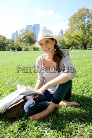 froehliche frau im central park in