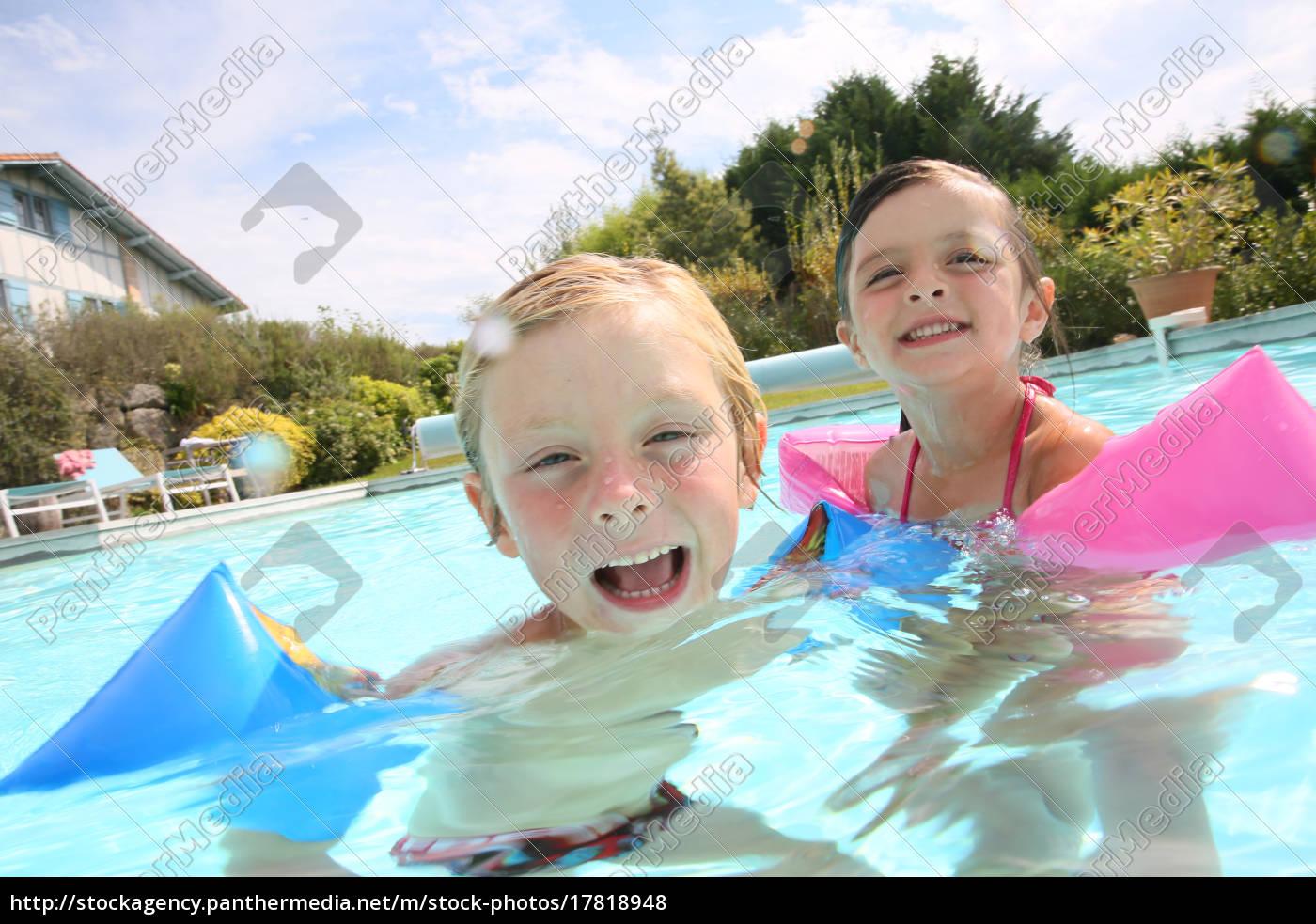 kinder im schwimmbad spielen - Lizenzfreies Foto