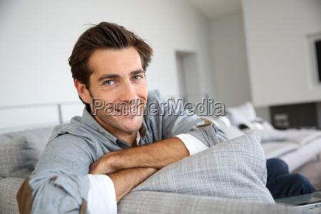 einzel mann zu hause in sofa