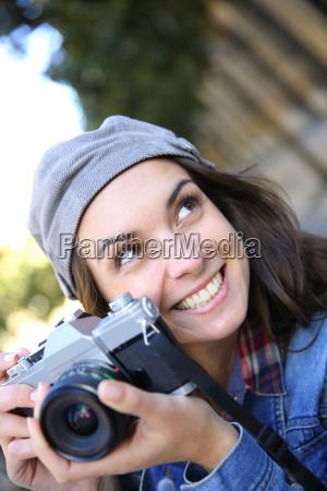 portrait der modischen maedchen die kamera