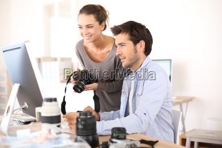 fotoreporter die im buero arbeiten