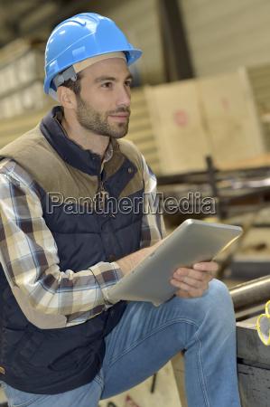 ingenieur in metallurgischen fabrik mit tablet