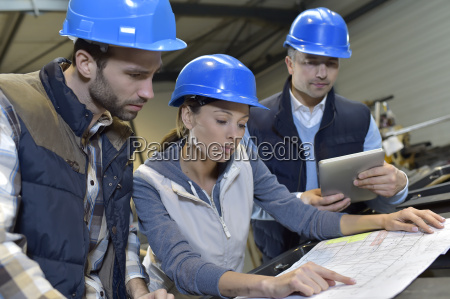 wirtschaftsingenieure treffen in der mechanischen fabrik