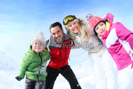 froehliche familie von 4 winterferien geniessen