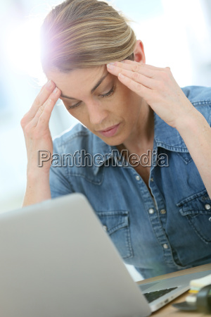 woman in front of laptop suffering
