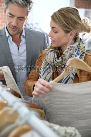 aelteres paar einkaufen im bekleidungsgeschaeft